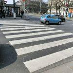 3-jährige Fußgängerin auf Zebrastreifen angefahren: Polizei sucht Unfallzeugen