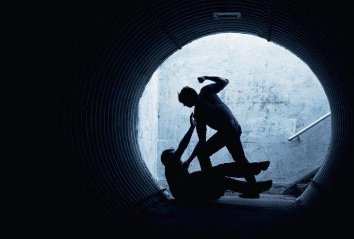 In Unterführung ausgeraubt: Drei Täter schlagen auf 21-Jährigen ein