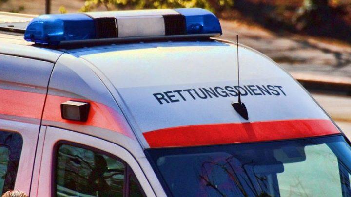 In der Kurve zusammengestoßen: Zwei Personen nach Motorradunfall schwer verletzt