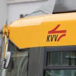 auf der Anhängerkupplung ist ein Schwarzfahrer bei der Karlsruher Straßenbahn mitgefahren