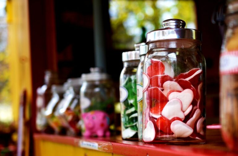 Fruchtgummi und Bonbons in Gläsern
