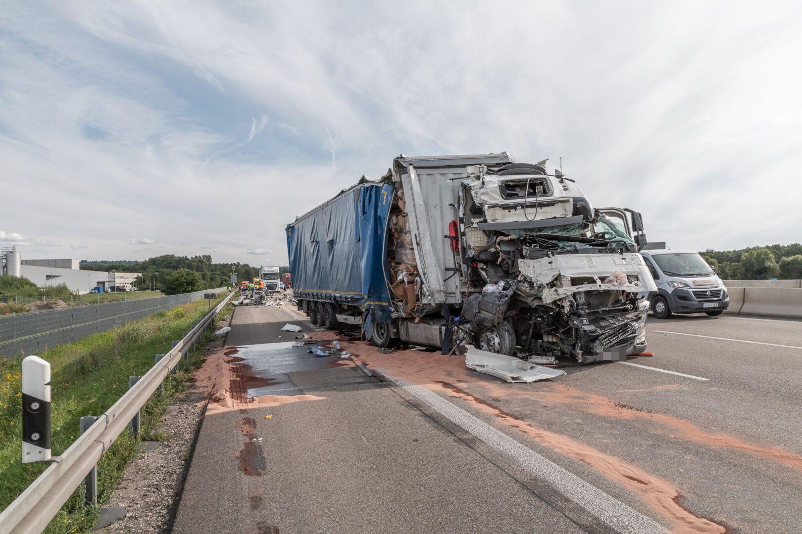 Ein LKW hat sich auf der A5 bei Bruchsal bei einem Unfall in den Vordermann verkeilt. Foto: Aaron Klewer